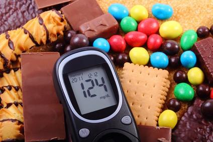 Glukometer ukazuje vysoké hladiny cukru v krvi.