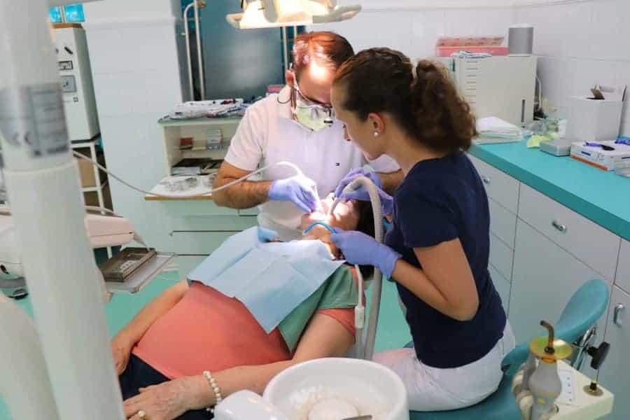 Vyšetrenie ústnej dutiny v zubárskom kresle