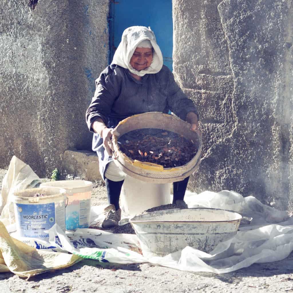 Žena čistí mastichové kryštály
