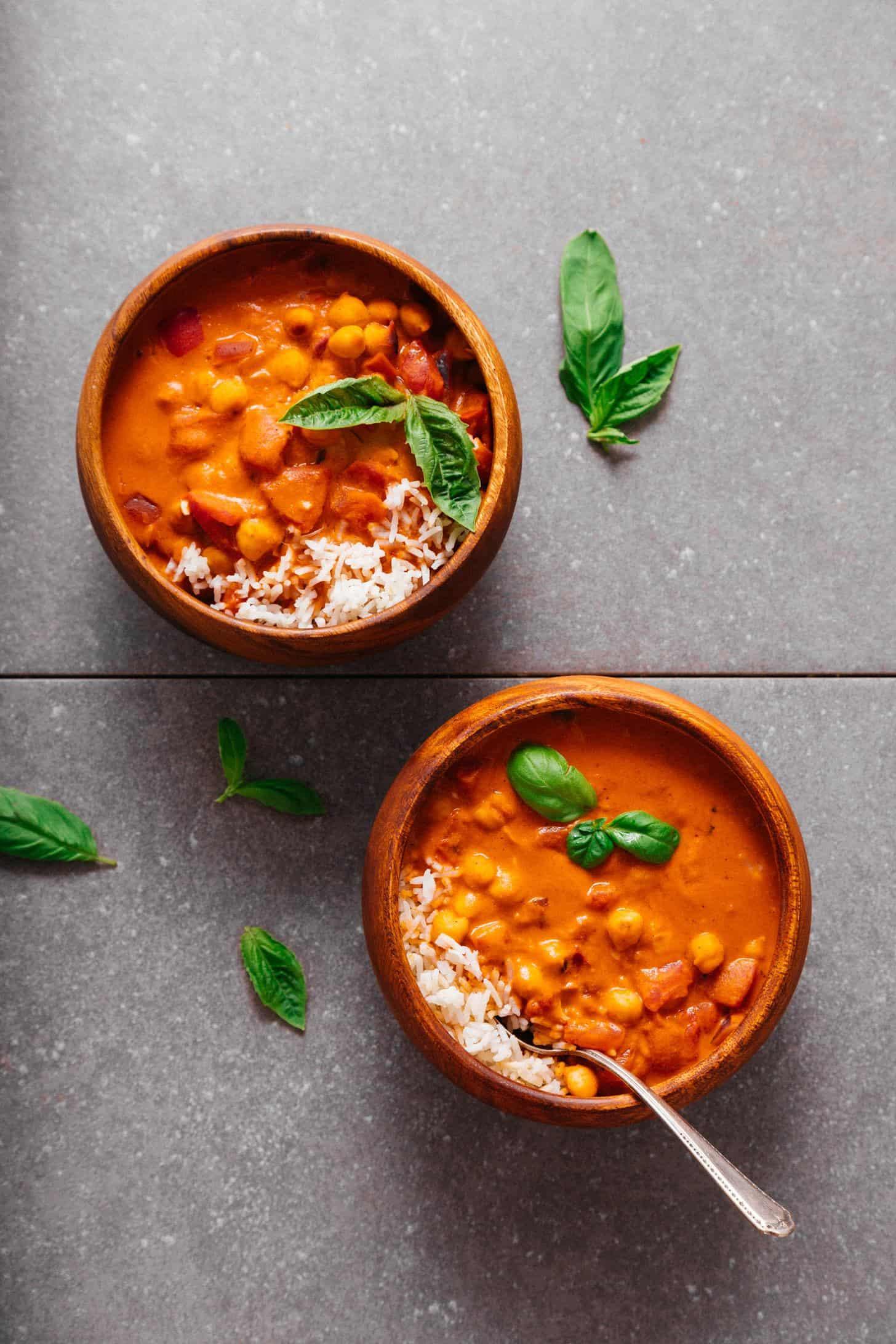 Cícerový guláš s paradajkami a arašidovým maslom